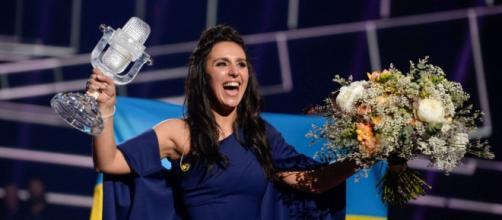 Jamala, recogiendo el premio como ganadora de Eurovisión 2016