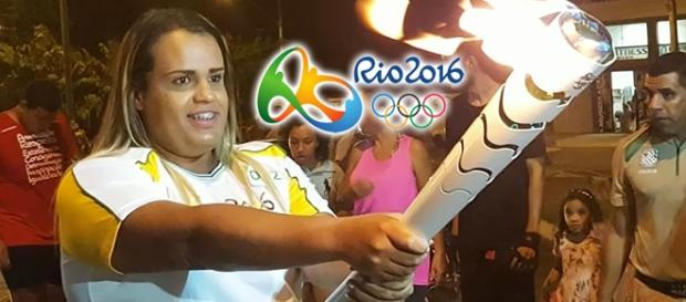Bianka Lins carregando a tocha olímpica.