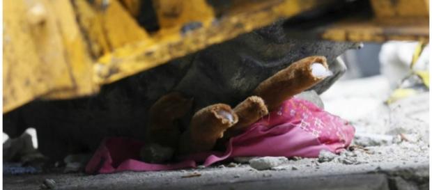 Mochila da menina ficou debaixo da roda do trator