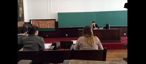"""Janaína Paschoal deu aula com um cartaz às suas costas: """"GOLPISTA""""."""