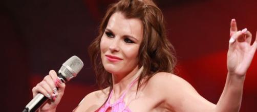 L'attrice di film vietati ai minori Aische Pervers in uno dei suoi outfit più castigati