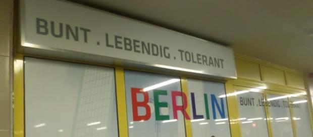 un cartellone esposto nella stazione U-Bahn di Wedding, uno dei quartieri multikulti di Berlino