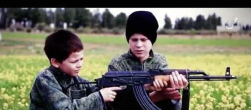 Sono sempre di più i bambini indottrinati e arruolati dall'Isis
