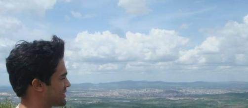 Tiago vê a cidade de Caruaru em cima da Pedra do Cruzeiro, reserva de Mata Atlântica de Caruaru (Foto: Divulgação)