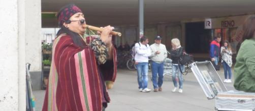 un musicista peruviano suona il flauto di Pan durante il Festival delle Culture