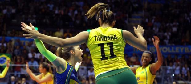 A jogadora de vôlei Tandara concilia seu tempo de treinos com sua vida familiar, ao lado de filha Maria Clara.