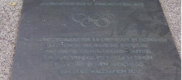 La lapide a Monaco di Baviera che ricorda le vittime di 'Settembre Nero'