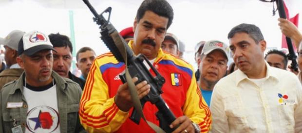 Maduro segura em arma - Imagem/Google