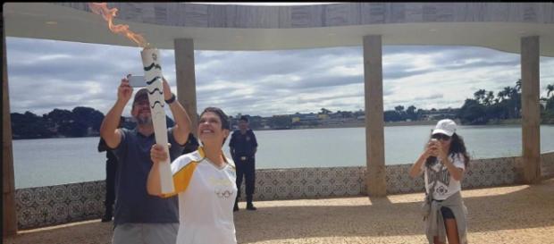 Sandra Annenberg com a Tocha (Reprodução Twitter @Rio2016)