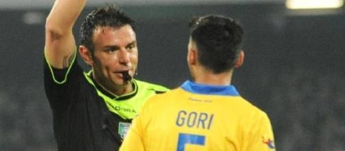 L'arbitro Celi mentre espelle Mirko Gori