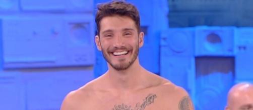 Stefano De Martino al Costanzo Show piace e commuove