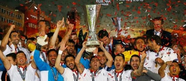 Jogadores do Sevilla levantando a taça de campeão.