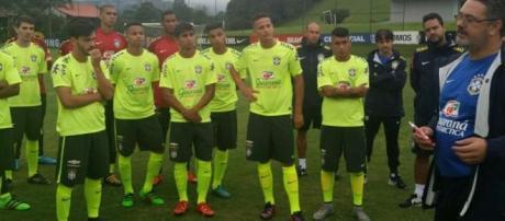 Everton Felipe, no centro, ouve as orientações do técnico.