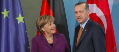 Un patto tra Merkel e Erdogan consentirà ai migranti turchi il libero ingresso in Europa.