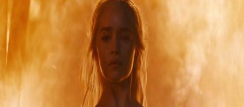 Daenerys abandona el templo sin un rasguño