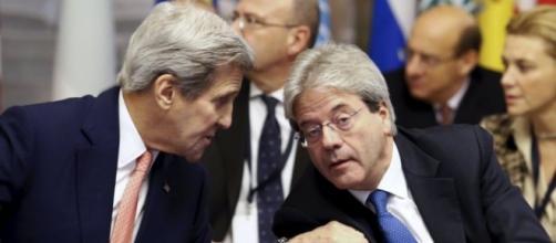 Il segretario di Stato americano, John Kerry, con il ministro Paolo Gentiloni