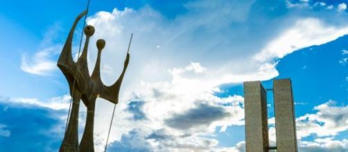 Foto do monumento aos candangos na Praça dos 3 poderes.