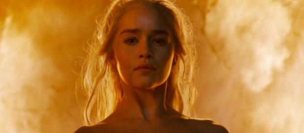 Daenerys Targaryen entre el fuego.