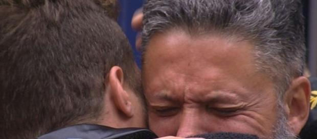 Daniel abraça Laércio que chora (Reprodução/Globo BBB16)