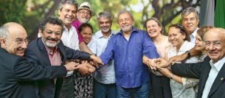 Lula em reunião com petista anuncia que, Dilma, volta à presidência.