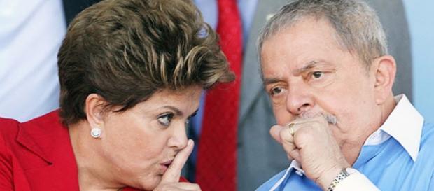 Dilma e Lula conversando de forma discreta