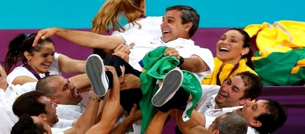 Time de vólei feminino comemora medalha de ouro