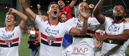 São-paulinos comemoram a classificação para as semifinais da Libertadores