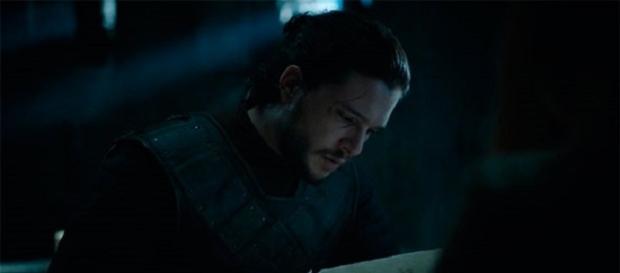 Jon Nieve leyendo la carta de Ramsay
