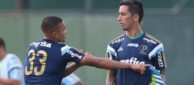 Lucas Barrios aquece junto com Gabriel Jesus
