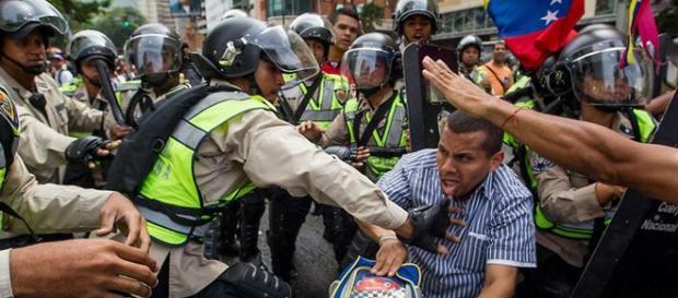 Manifestantes chocan con la policía durante una protesta contra el Gobierno del presidente venezolano