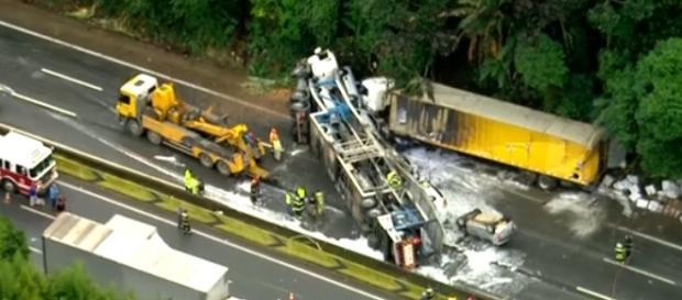 O motorista da carreta cegonha (transporte de veículos) não resistiu aos ferimentos e morreu no local
