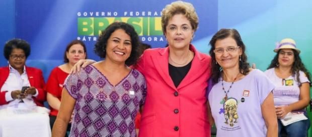Dilma aumenta o bolsa-família com medo de cair