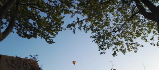 Mongolfiera in volo su una città
