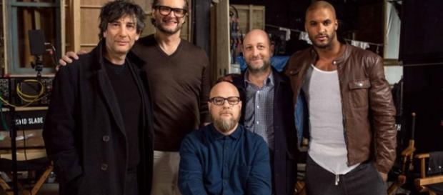 """Neil Gaiman (derecha) y los """"nuevos"""" actores que ya comenzaron a rodar las primeras escenas"""