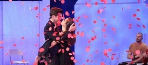 Oscar Branzani bacia Eleonora dopo la scelta