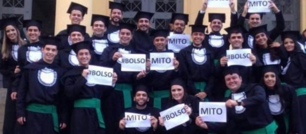 Bolsonaro é homenageado por turma de medicina
