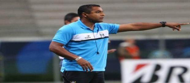 Roger Machado segue como técnico do Grêmio