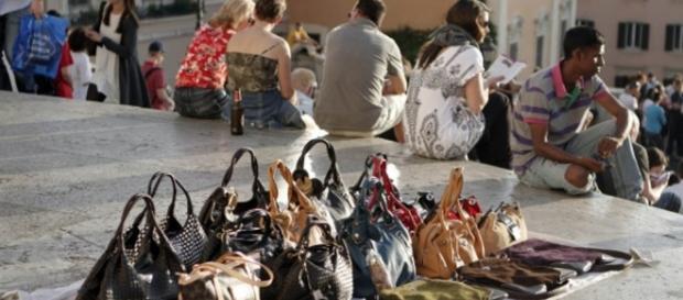 Roma: enormi guadagni per i mercanti abusivi.
