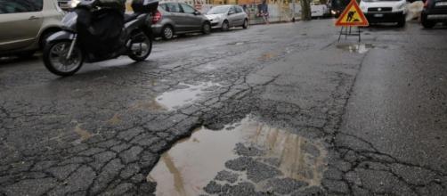 Roma: strade dissestate tra buche e voragini