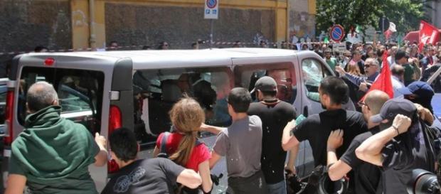 L'assalto degli antagonisti al pulmino di turisti tedeschi