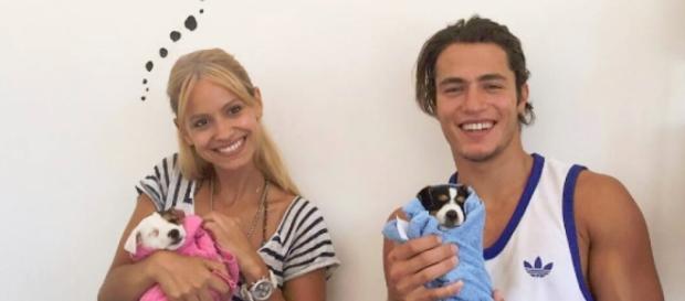 O casal com os seus filhotes caninos.