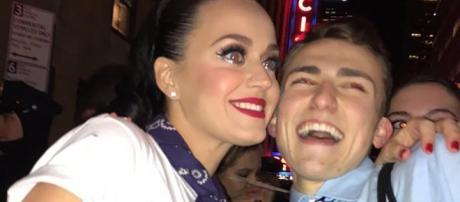 Mikey insieme al suo idolo Katy Perry.