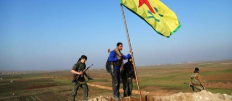 Un gruppo di miliziani curdi al confine tra Turchia e Siria