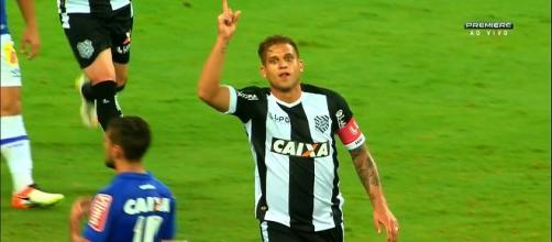 Rafael Moura foi o destaque da partida marcando dois gols.