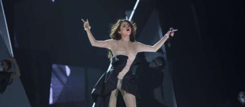 Selena Gomez si esibisce al Revival Tour