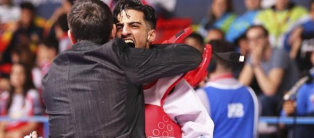 Mourad Laachraoui celebra su victoria ante el español Jesús Tortosa, que lo consagró en el Europeo