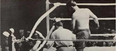 Momento cumbre, Luis Firpo lanza afuera del Ring Jack Dempsey