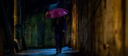 Jovem caminha por via mal iluminada nas proximidades da estação Brás do metrô