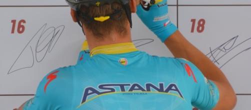 Un corridore del team Astana al foglio di firma prima dell'inizio di una corsa