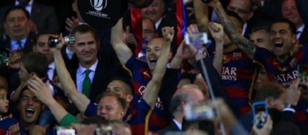 Andrés Iniesta levanta la Copa del Rey merecidamente ganada por el Barça.